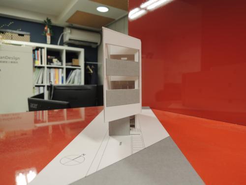 細長い敷地の細長い家の細長い模型