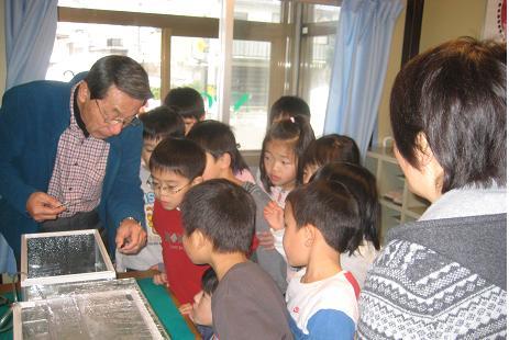 杜の里児童クラブのホタル幼虫観察会