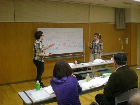 熱心に講義するクリスさんとカトリーナさん