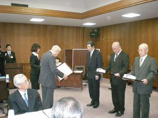 市長から感謝状を贈呈された荒井前東淺川館長