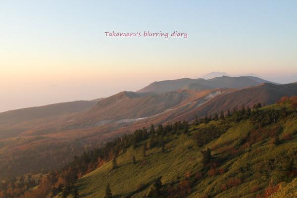 草津白根・・陽光にほのかに赤く染まってます。遠くに見えるのは浅間山・・だと思います。