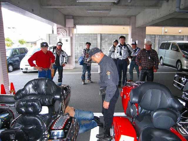 05_ホテル到着後、早速修理の会長サイドカー