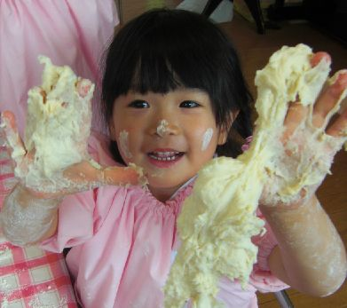 天童幼稚園 小麦粉ねんどに ...
