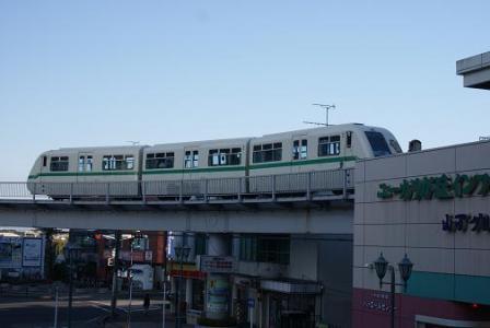 ユーカリが丘駅を出る列車