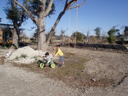 外で遊ぶ子供たち(2009/12/21)
