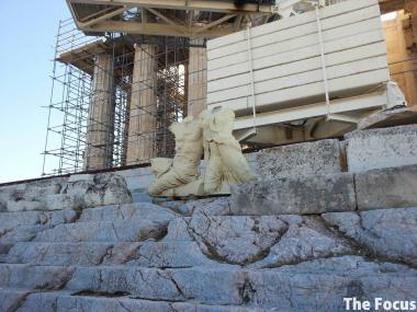 ギリシャ アテネ パルテノン神殿 首のない 像
