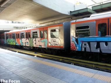 ギリシャ 電車 落書き