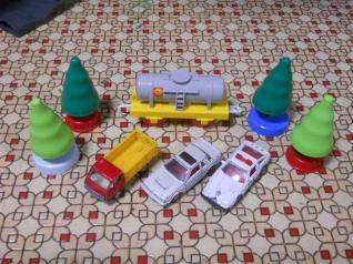 立木とタンク車とトミカ3台