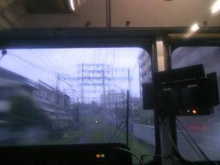 電車から見る大きな門形鉄塔