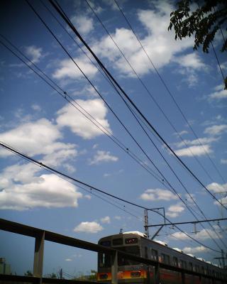 青い空に白い雲、そして電車:R2改