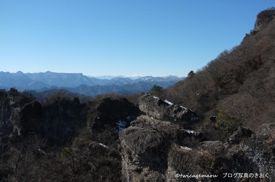 大砲岩から荒船山を望む