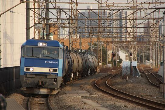 南武線を走る貨物列車