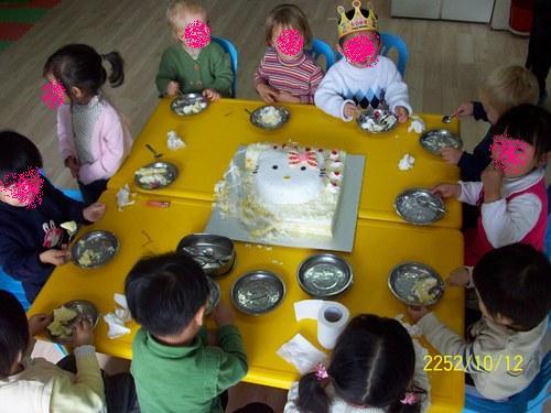 みんなでケーキを囲んで