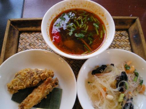 タイ料理を食べる