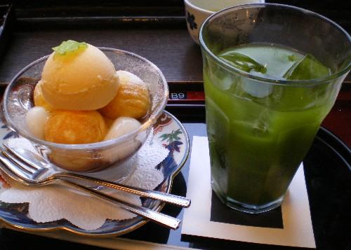 タイ料理の後でデザートを食べる