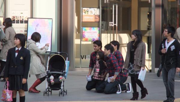 アバクロ福岡のスタッフさんが女の子と記念撮影