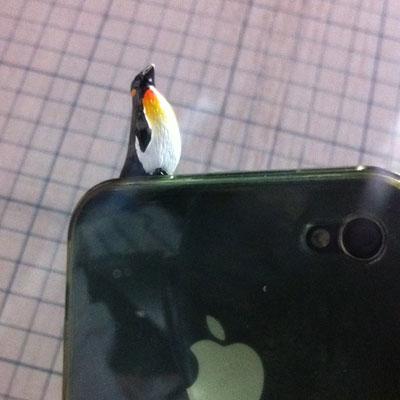 iPlug Animal / アイプラグ・アニマル イヤフォンジャックアクセサリー(ペンギン)装着画像