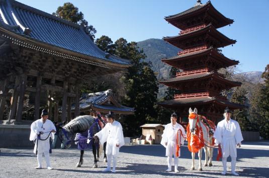 身延山久遠寺 お年頭式 馬と仏閣