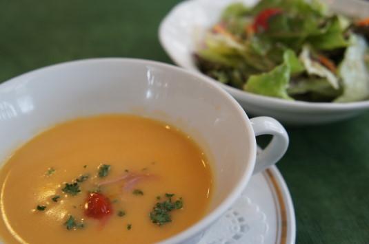 イタリアンレストランネスト スープとサラダ