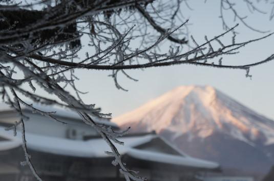 冬の忍野八海 氷霧と紅富士