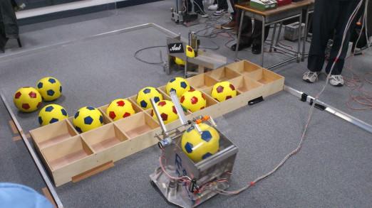 甲府駅北口青空市場 ボールロボット