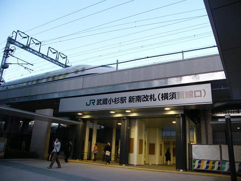 新幹線が通過する武蔵小杉駅