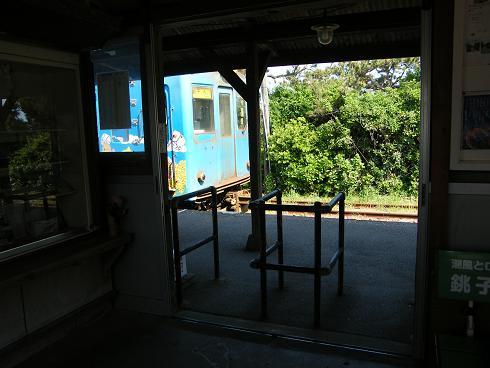 外川駅に到着した電車