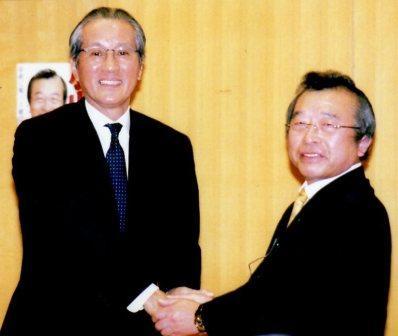 市長と握手