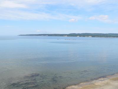 写真キャプション=佐渡高校のある佐和田の浜からみた穏やかな真野湾