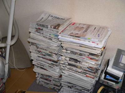 写真キャプション=別の部屋にもこのような新聞の山が散在していた