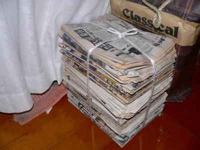 写真キャプション=切抜きが終わり、廊下に戻された最後から2番目の新聞の束