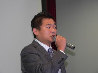 写真キャプション=「フォロー勉強会」で挨拶するNPO法人パチンコ情熱リーグの木山修助理事長
