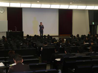 写真キャプション=勉強会で木山理事長の挨拶を聞く参加者