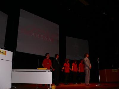 写真キャプション=決勝大会のプレゼンで「マックスアリーナ」の取り組みを説明するホールの社員