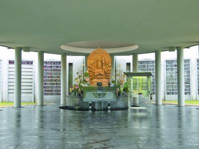 「なごみ霊廟」の正面に設置された千手観音像と墓銘板