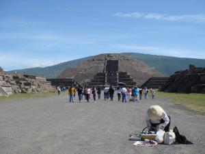 月のピラミッド全景