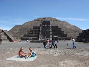 月のピラミッド前はリゾート
