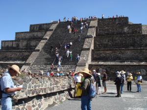 月のピラミッドの階段