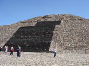 月のピラミッドの上半分