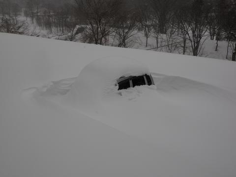 駐車場で雪に埋もれた車2