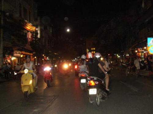 夜のハノイ市内