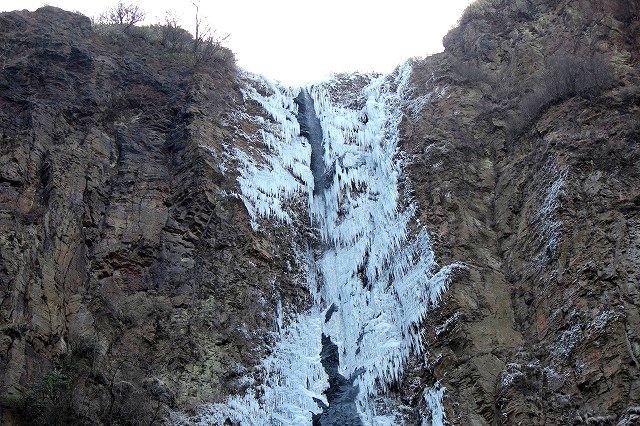 春を待つ古閑の滝