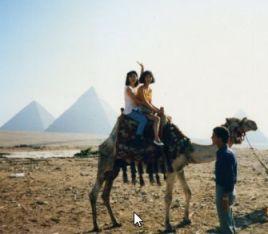 ピラミッドのまえでラクダと