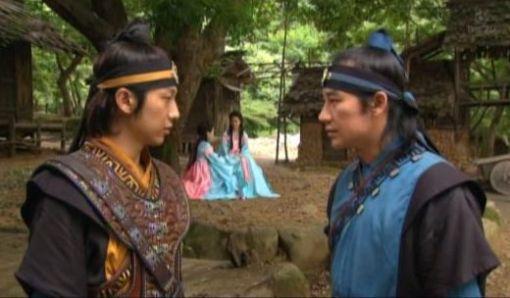 表・王女たちを見守る2花郎