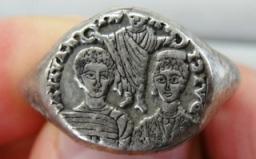 古代ローマの結婚を表すリング。 結婚するふたりを見守る司教