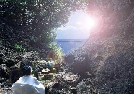 セイーファーウタキ 世界遺産になっても必ずユタさんやノロさん(巫女のような人達)が祈っています