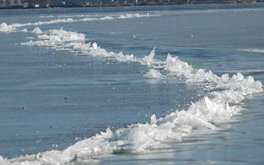 諏訪湖の神渡り(みわたり)現象 男神が向こう岸の女神を訪ねてわたるという勾玉形の神渡り現象