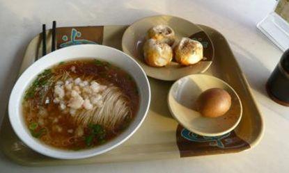普通の食堂で食べる米麺。汁でも焼きそばでもビーフンです。