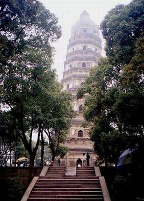 斜塔となった虎丘塔