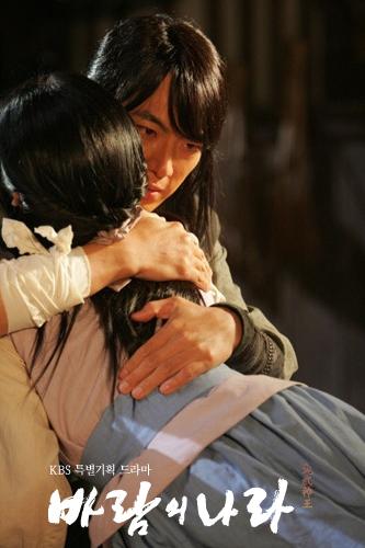 ヨンを抱き寄せるムヒュル